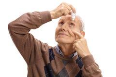 Rijpe mens die oogdalingen toepassen royalty-vrije stock foto