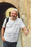 Rijpe mens die op stedelijke achtergrond glimlachen royalty-vrije stock foto