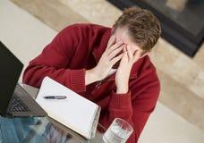 Rijpe mens die spanning tonen terwijl het werken van huis Royalty-vrije Stock Foto