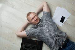 Rijpe mens die thuis werkt Stock Foto