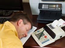 Rijpe mens die van het doen van zijn inkomensbelastingen rusten Stock Fotografie