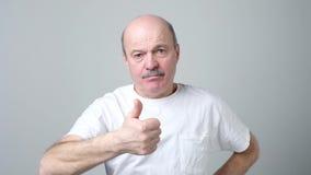Rijpe mens die verschillende gebaren tonen stock video