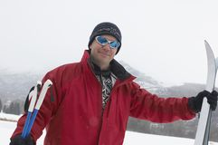 Rijpe Mens die zich met Ski And Poles bevinden Royalty-vrije Stock Afbeeldingen