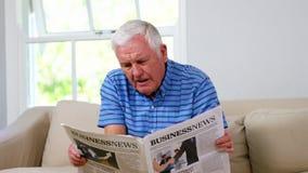 Rijpe mens die zijn krant lezen stock videobeelden