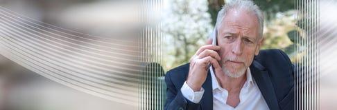 Rijpe mens die zijn mobiele telefoon, lichteffect met behulp van Panoramische banner stock afbeeldingen