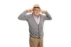 Rijpe mens die zijn oren met zijn vingers stoppen royalty-vrije stock fotografie