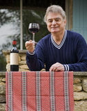 Rijpe Mens en Wijn Royalty-vrije Stock Afbeelding