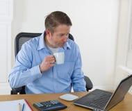 Rijpe mens het drinken koffie op het werk Royalty-vrije Stock Foto