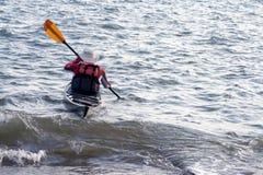 Rijpe mens in kano. royalty-vrije stock afbeelding