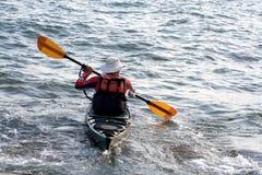 Rijpe mens in kano. royalty-vrije stock afbeeldingen