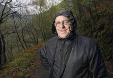 Rijpe mens met een regenjas in aard Royalty-vrije Stock Fotografie