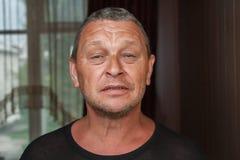 Rijpe mens met gevoerd gezicht stock afbeeldingen