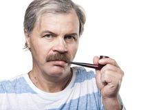 Rijpe mens met rokende die pijp op wit wordt geïsoleerd Stock Foto