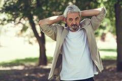 Rijpe mens, model van manier, in een stedelijk park royalty-vrije stock fotografie