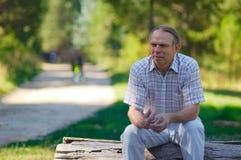 Rijpe mens in park Royalty-vrije Stock Afbeelding
