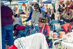 Rijpe mens in volledige Native American-regalia 2019 Chumash Dag Powwow en het Intertribal Verzamelen zich in Malibu, CA stock afbeeldingen