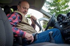 Rijpe mensen vastmakende veiligheidsgordel in auto royalty-vrije stock foto