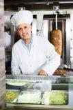 Rijpe mensenkok die kebab met vlees voorbereiden Stock Afbeeldingen