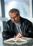 Rijpe mensenlezing Stock Foto's