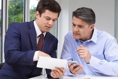 Rijpe Mensenvergadering met Financiële Adviseur thuis royalty-vrije stock afbeeldingen
