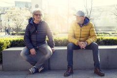 Rijpe mensenvrienden die van vakantie in een moderne stad genieten Stock Afbeelding