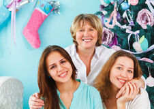 Rijpe moeder en volwassen dochter en tienerkleindochter dichtbij Royalty-vrije Stock Afbeelding