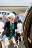 Rijpe Onderneemster Boarding Private Jet stock foto's