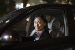 Rijpe Onderneemster Driving Car stock foto's