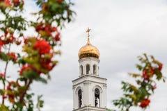 Rijpe oranje bessen van de Lijsterbes en de Orthodoxe Kerk op de achtergrond De Stad van Samara, Rusland Het klooster Iversky stock foto