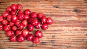 Rijpe organische inlandse kersen op houten achtergrond Stock Foto