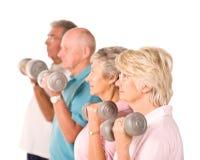 Rijpe oudere mensen die gewichten opheffen Stock Foto's