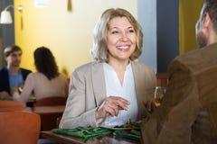 Rijpe paar het besteden tijd in restaurant stock afbeelding