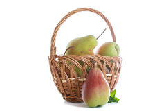 Rijpe peren in een mand Royalty-vrije Stock Foto