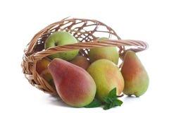 Rijpe peren in een mand Stock Foto