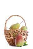 Rijpe peren in een mand Stock Afbeelding