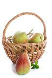 Rijpe peren in een mand Stock Foto's