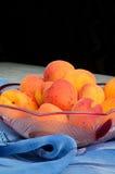 Rijpe perziken in een kom Stock Foto's