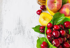 Rijpe perziken en kersen Stock Afbeeldingen