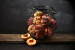 Rijpe perziken in mand Stock Fotografie