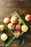 Rijpe perziken met bladeren Stock Fotografie