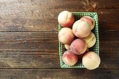 Rijpe perziken op een lijst Stock Foto's