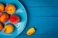 Rijpe perziken op een plaat Royalty-vrije Stock Foto's