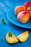 Rijpe perziken op een plaat Stock Fotografie