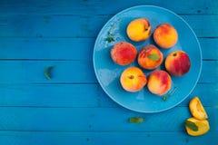 Rijpe perziken op een plaat Royalty-vrije Stock Foto