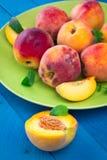 Rijpe perziken op een plaat Royalty-vrije Stock Afbeeldingen