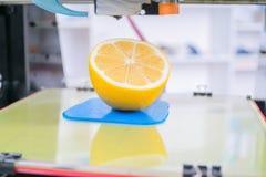 Rijpe plak van citroencitrusvruchten 3d printer van het apparaat tijdens processe Stock Afbeelding