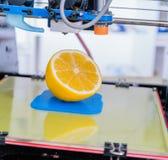 Rijpe plak van citroencitrusvruchten 3d printer van het apparaat tijdens processe Stock Fotografie