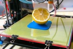 Rijpe plak van citroencitrusvruchten 3d printer van het apparaat tijdens processe Stock Afbeeldingen