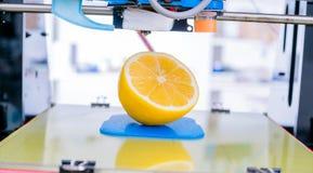Rijpe plak van gele citroencitrusvruchten 3d printer van het apparaat tijdens processe Stock Foto
