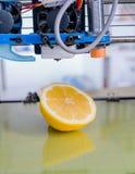 Rijpe plak van gele citroencitrusvruchten 3d printer van het apparaat tijdens processe Stock Foto's